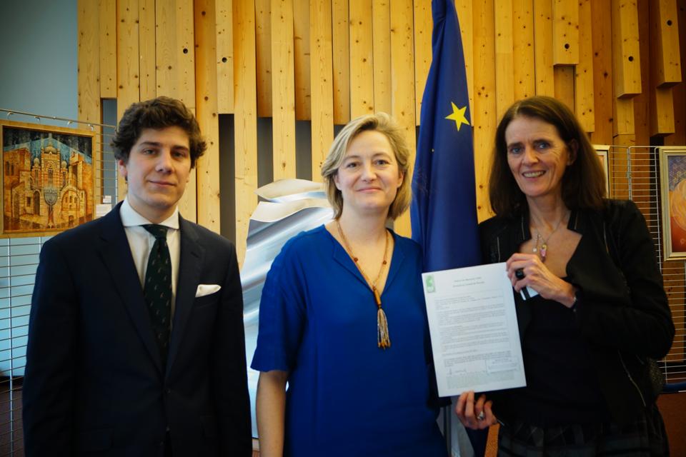 [CP]  Remise officielle des signatures de la pétition contre la GPA au Conseil de l'Europe